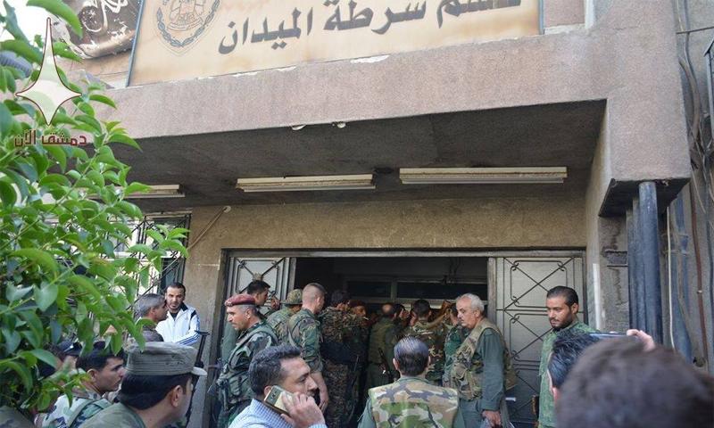 ضباط وعناصر من قوات الأسد يتجمعون عقب تفجيرات قسم شرطة الميدان في دمشق - 2 تشرين الأول 2017 (دمشق الآن)