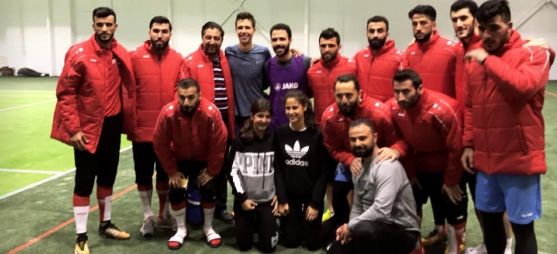 السومة وبعض لاعبي المنتخب السوري مع أفراد من عائلة الأسد (بلدي نيوز الموالية للنظام)