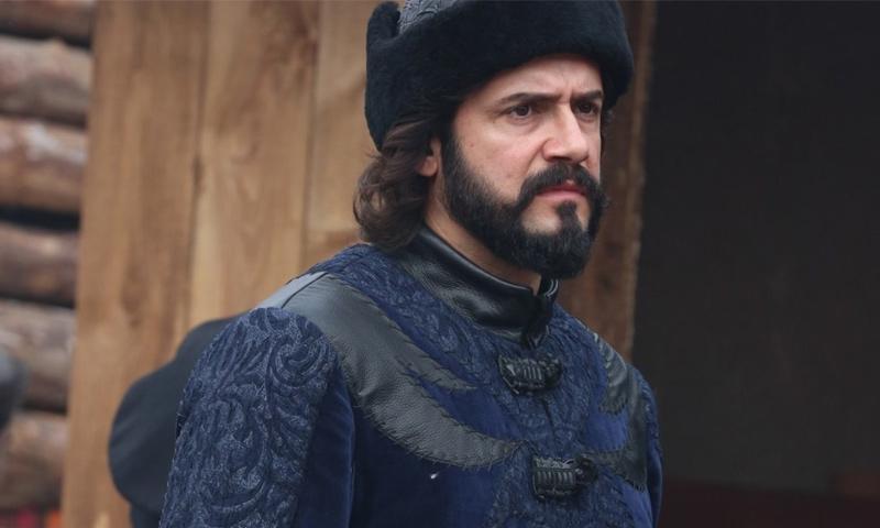 """الممثل التركي جيم أوتشان بدور """"علي يار"""" في مسلسل """"أرطغرل"""" (TRT)"""