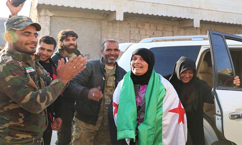 الإفراج عن معتقلة لدى النظام السوري في ريف حلب الشمالي 2017 (عنب بلدي)