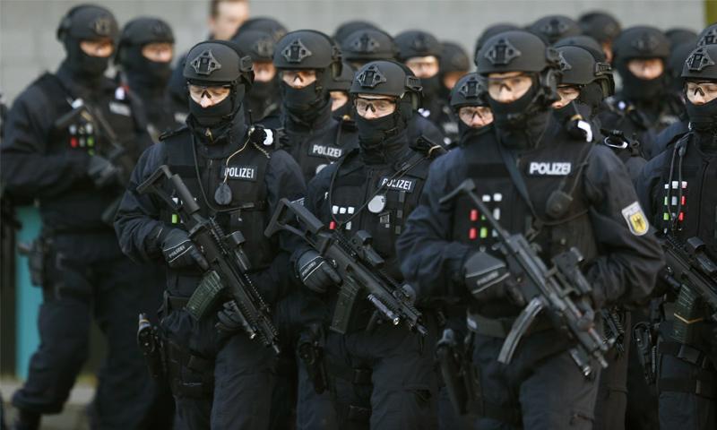 عناصر من الشرطة الفدرالية الألمانية في عرض لمكافحة الإرهاب - 16 كانون الأول 2015 (رويترز)