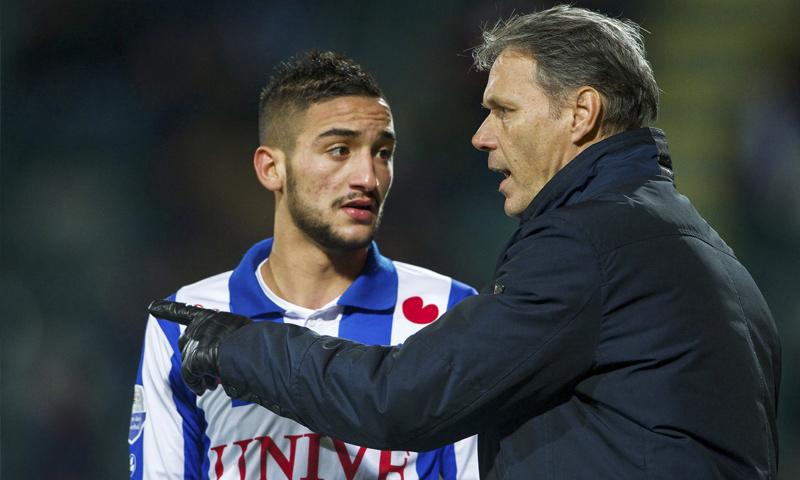 اللاعب المغربي حكيم زياش إلى جانب النجم الهولندي ماركو فان باستن (moroccoworldnews)