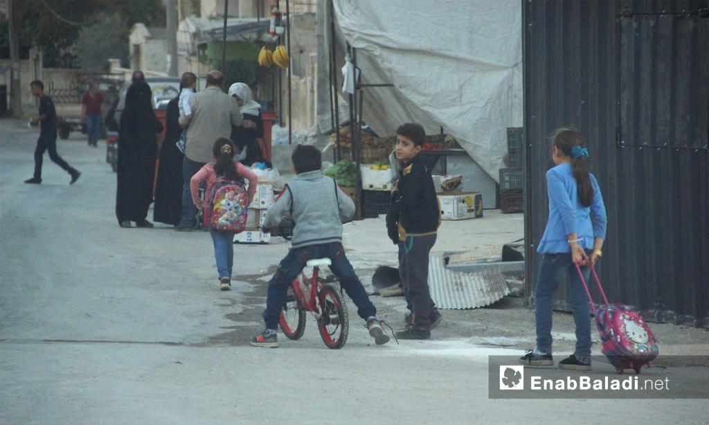 أطفال في طريقهم إلى المدرسة في إدلب المدينة - 21 تشرين الأول 2017 (عنب بلدي)