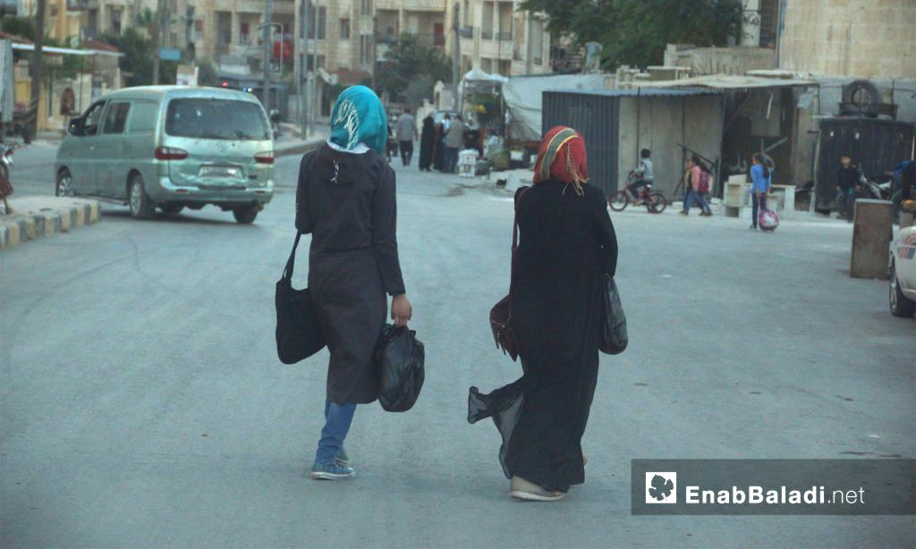فتيات في أسواق مدينة إدلب - 21 تشرين الأول 2017 (عنب بلدي)