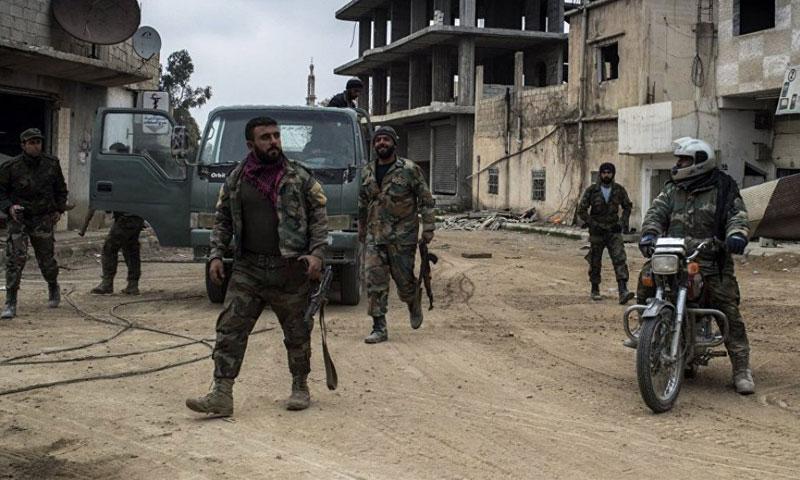 عناصر من قوات الأسد في أحياء مدينة درعا - (انترنت)