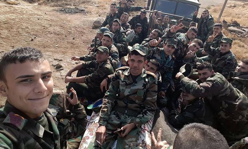 عناصر من قوات الأسد أثناء وصولهم إلى مدينة الصنمين شمالي درعا - 28 تشرين الثاني - (فيس بوك)