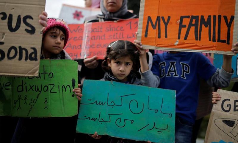 لاجئون يعتصمون أمام البرلمان اليوناني - 1 تشرين الثاني (رويترز)