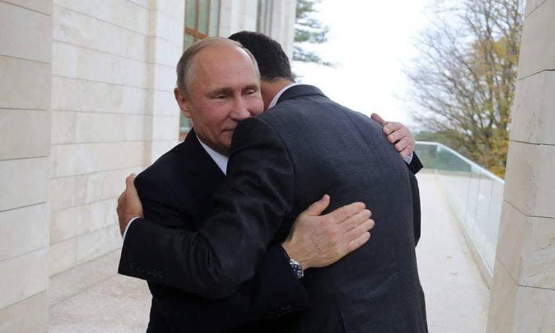 الرئيس الروسي يعانق رئيس النظام السوري بشار الأسد أثناء زيارته إلى روسيا - 20 تشرين الثاني - (انترنت)