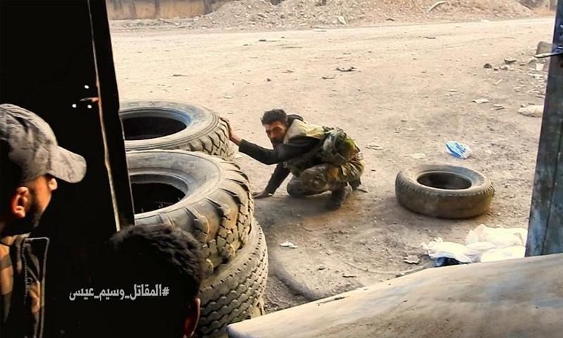 مقاتل من قوات الأسد خلال المعارك في إدارة المركبات شرقي دمشق - 19 تشرين الثاني 2017 (وسيم عيسى)