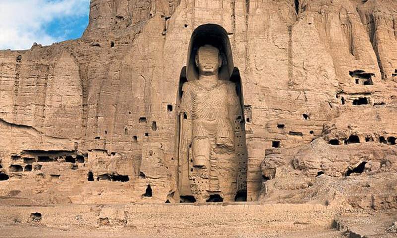 أحد تماثيل بوذا الضخمة التي دمرتها طالبان (انترنت)