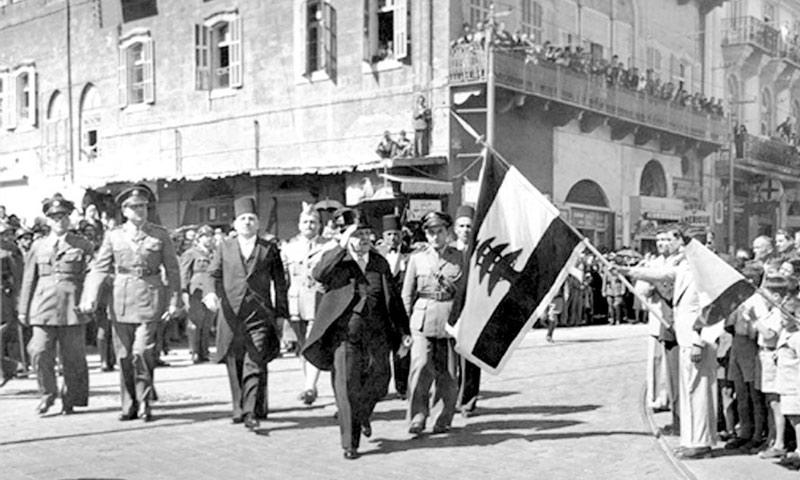 رفع العلم اللبناني في شوراع بيروت بعد ثورة بشامون (انترنت)