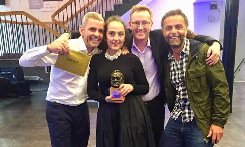 """فريق إخراج ومونتاج """"وداعًا حلب"""" في لندن بعد تسلم جائزة """"غريسون"""" - 6 تشرين الثاني 2017 (موقع الجائزة)"""