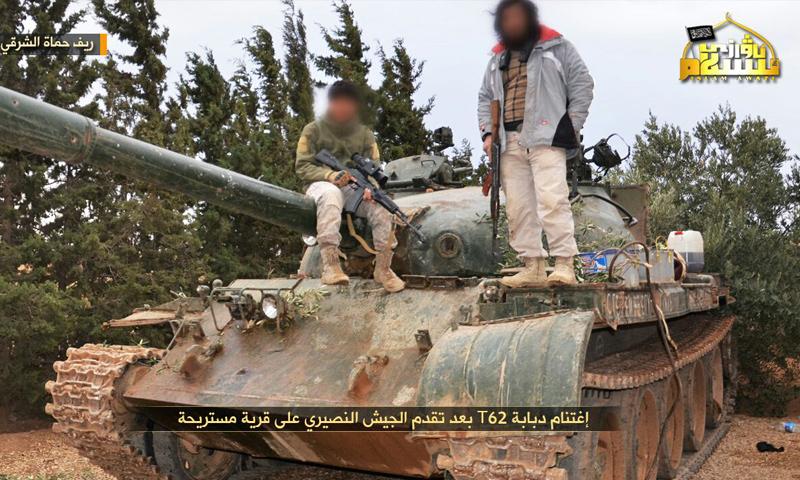 عناصر من الحزب التركستاني يعتلون دبابة سيطرا عليها في معارك ريف حماة الشرقي - 21 تشرين الثاني 2017 (معرفات الحزب)