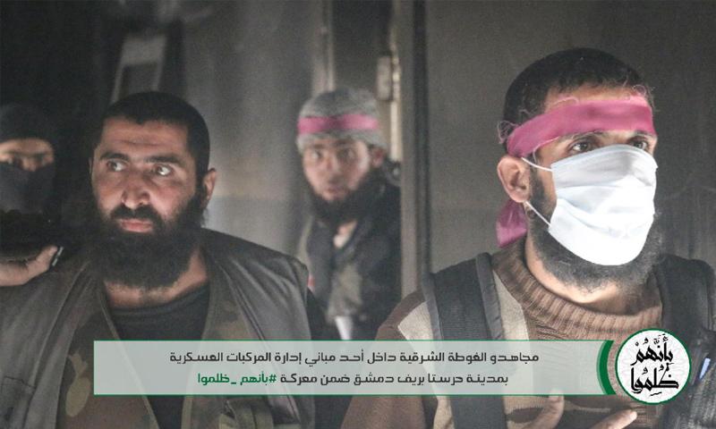 عناصر من حركة أحرار الشام الإسلامية خلال معركة إدارة المركبات في حرستا شرقي دمشق - 21 تشرين الثاني 2017 (أحرار الشام)