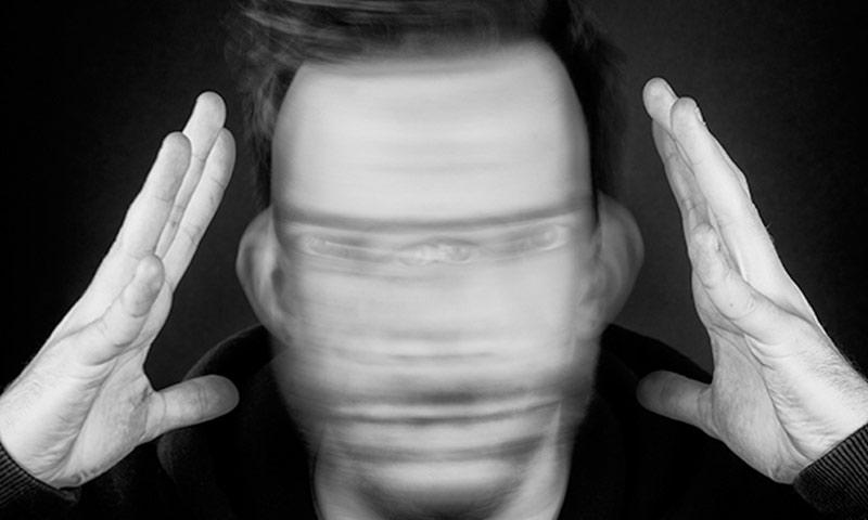 مشهد تعبيري يُجسد معاناة مرضى الفصام مع الأصوات التي تتردد في رؤوسهم (انترنت)
