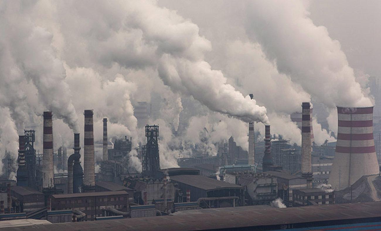 انبعاثات ثاني أوكسيد الكربون من عوادم المصانع الكبرى (انترنت)