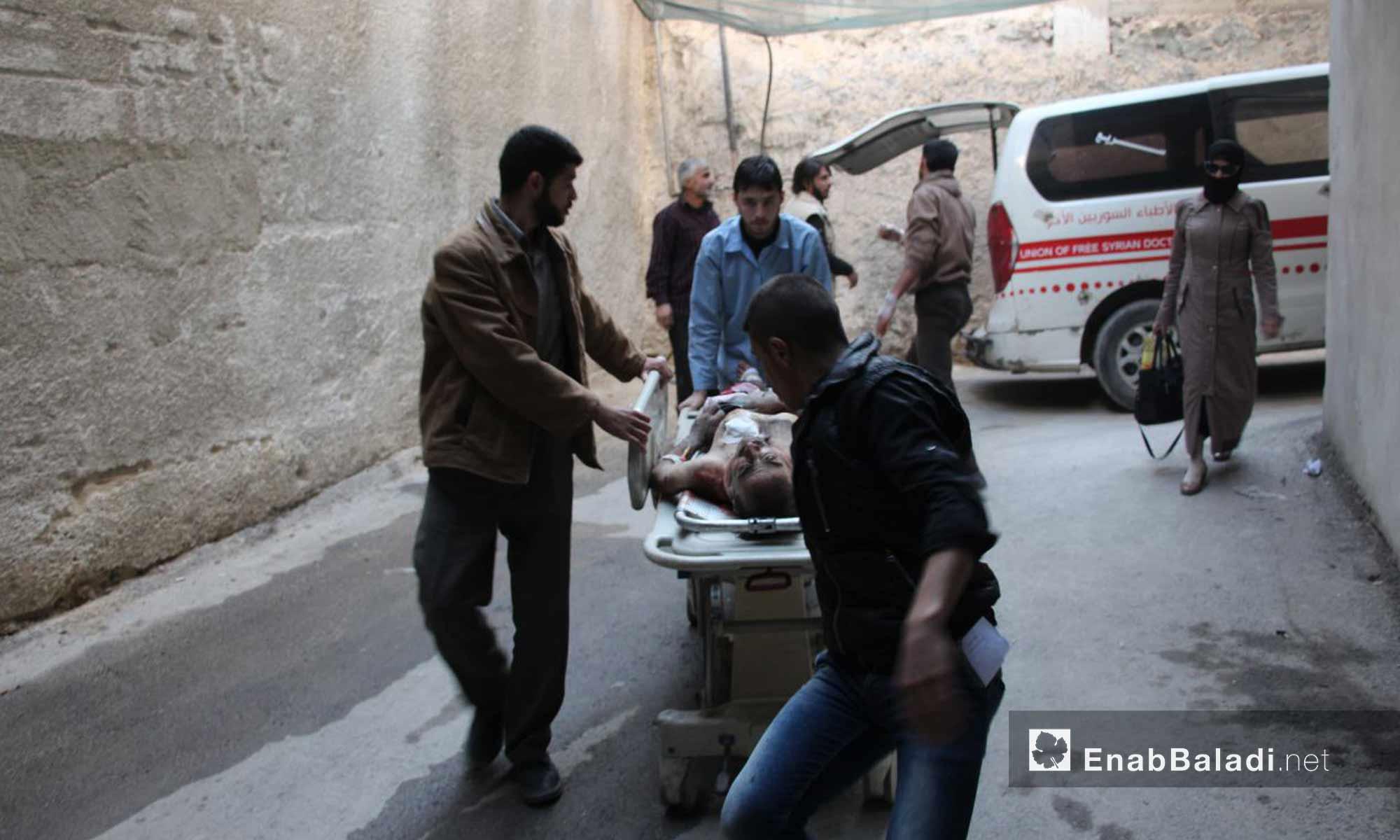 كوادر طبية تسعف مصابي القصف على حمورية وعربين في الغوطة الشرقية - 16 تشرين الثاني 2017 (عنب بلدي)