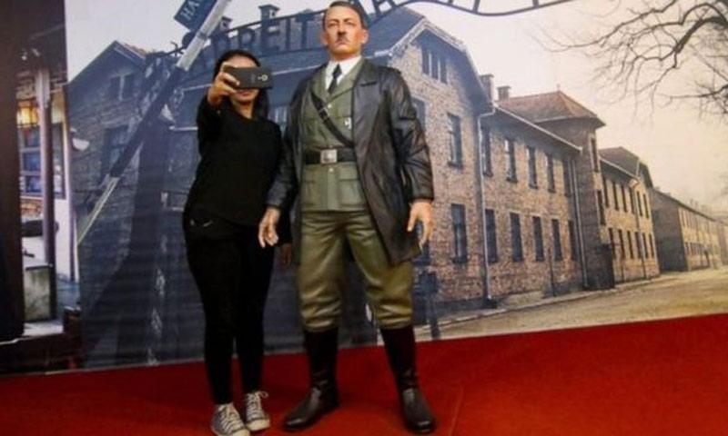 زائرة لمتحف في إندونيسيا تأخذ صورة سيلفي مع تمثال هتلر (AFP)