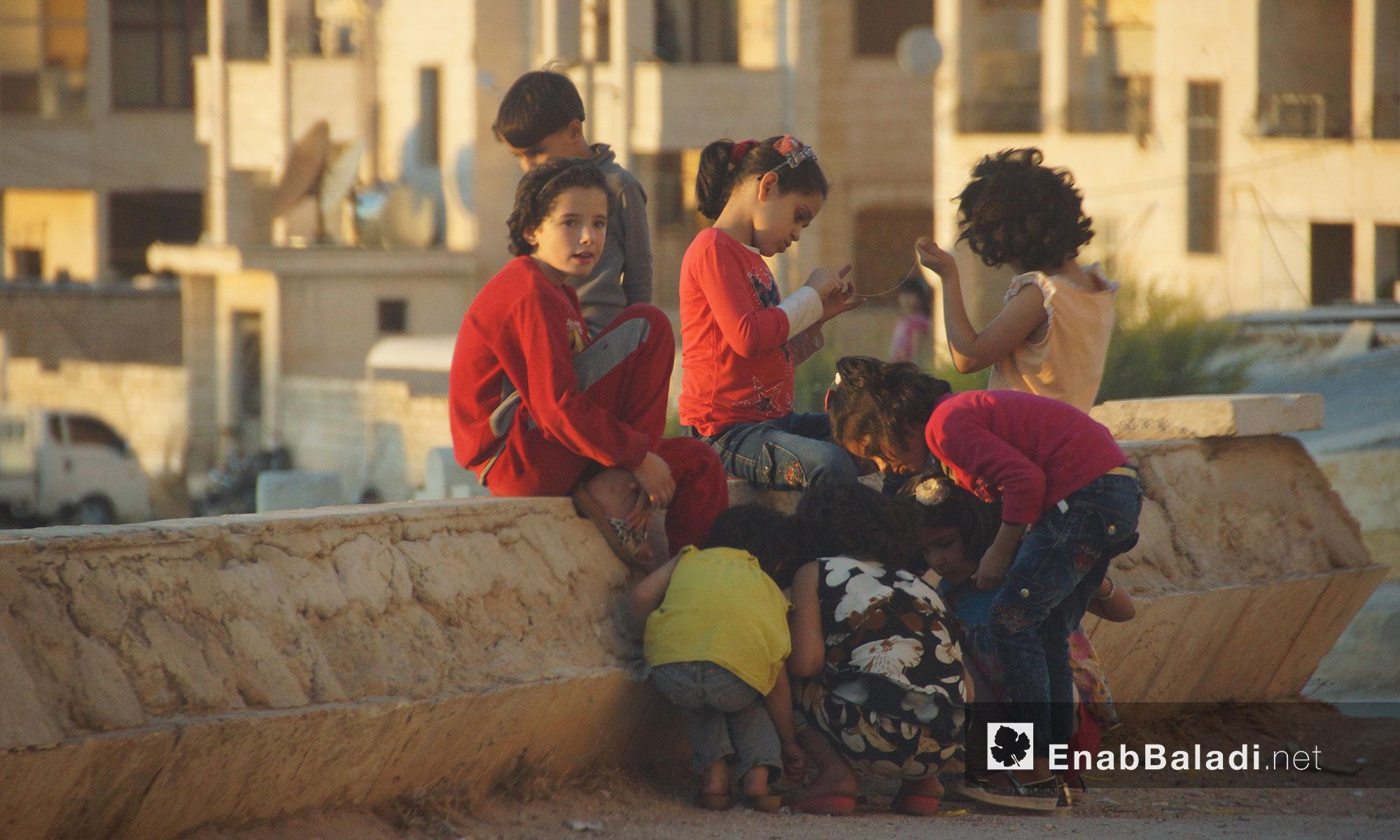 أطفال يلعون في إدلب المدينة - 21 تشرين الأول 2017 (عنب بلدي)