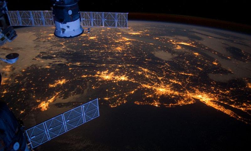كوكب الأرض ليلًا كما تصوره الأقمار الصناعية (انترنت)