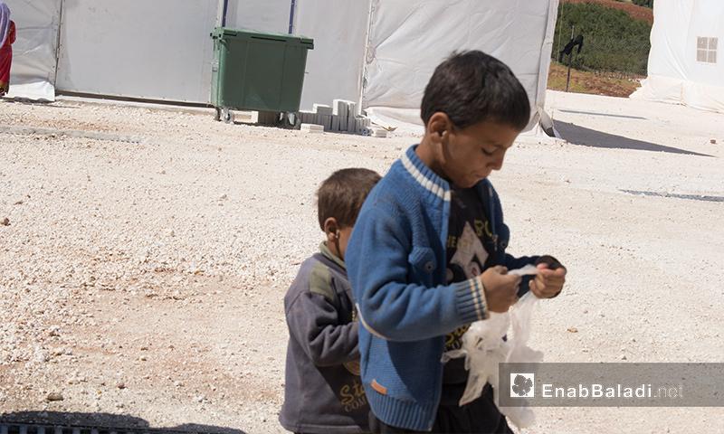 """تعبيرية: أطفال في مخيم """"ساعد"""" المؤقت بريف إدلب - تشرين الأول 2017 (عنب بلدي)"""
