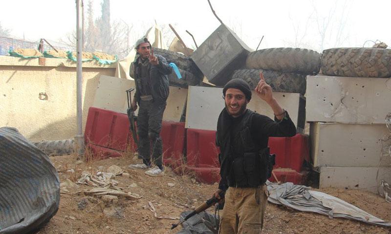 """مقاتل من حركة """"أحرار الشام"""" داخل """"إدارة المركبات"""" في حرستا بالغوطة الشرقية - 16 تشرين الثاني 2017 (أحرار الشام)"""