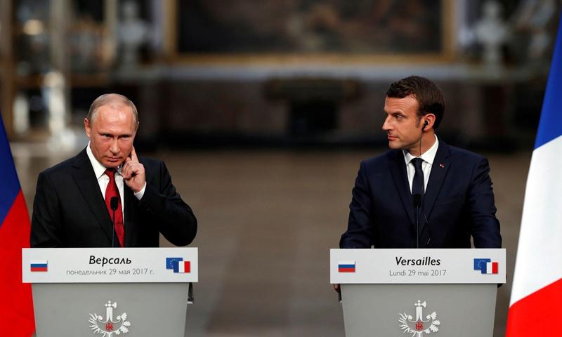 الرئيس الفرنسي إيمانويل ماكرون ونظيره الروسي فلاديمير بوتين في باريس - 30 أيار 2017 (AFP)