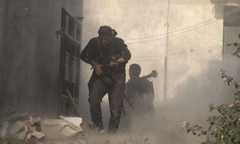 مقاتل من المعارضة داخل إدارة المركبات في حرستا شرقي دمشق - 16 تشرين الثاني 2017 (أحرار الشام)