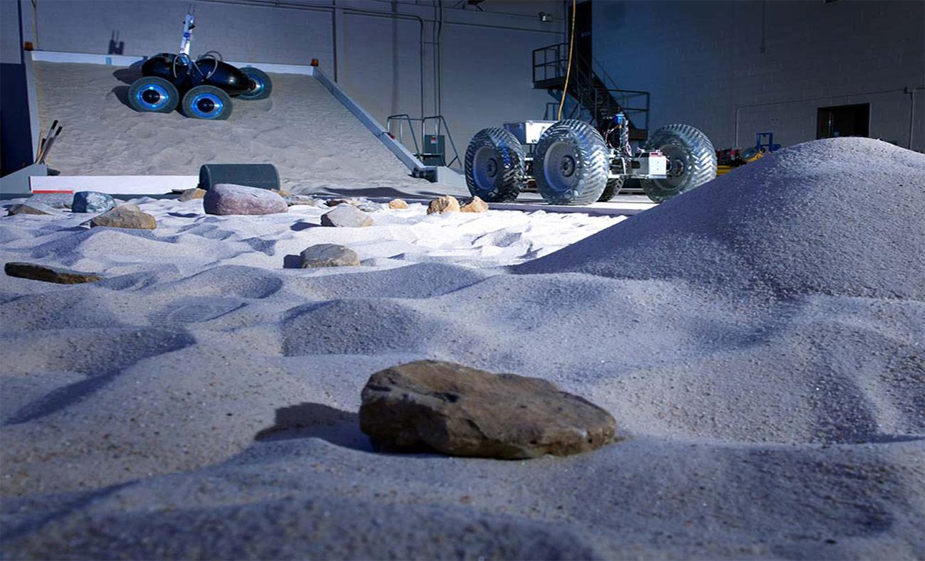 العجلات الجديدة أثناء أحد الاختبارات عليها (NASA)