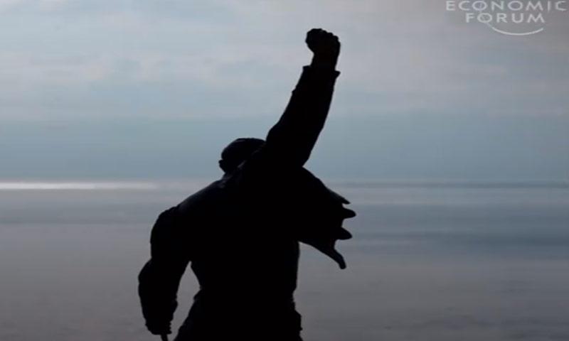 """مشهد من فيديو أعده موقع """"world economic forum"""" عن إنجازات اللاجئين"""