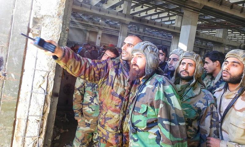 مقاتلون من قوات الأسد في إدارة المركبات شرقي دمشق - 19 تشرين الثاني 2017 (المقاتل في قوات الأسد وسيم عيسى)