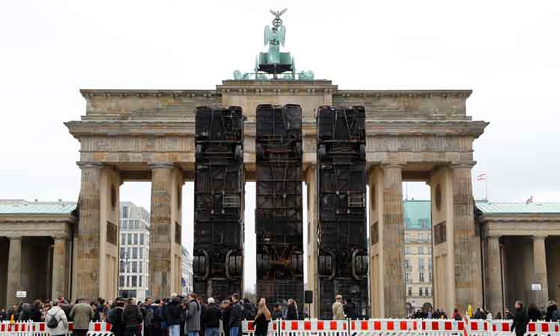 حافلات تقف بوابة براندنبورج في ألمانيا (رويترز)