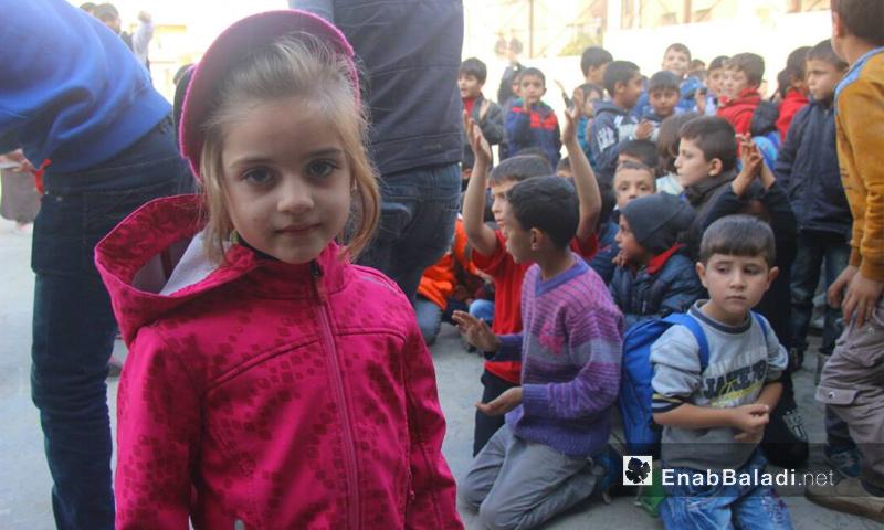 الطفلة زينة من الصف الأول في نشاط ينظمه جامعيون في مدينة إدلب - 7 تشرين الثاني (عنب بلدي)