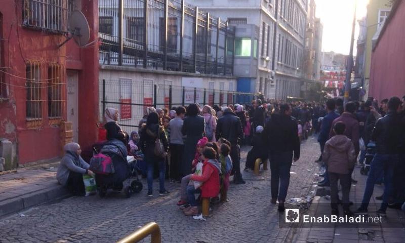 """سوريون يقفون بانتظار حصولهم على """"كيمليك"""" في """"كوم كابي"""" باسطنبول - كانون الأول 2017 (عنب بلدي)"""