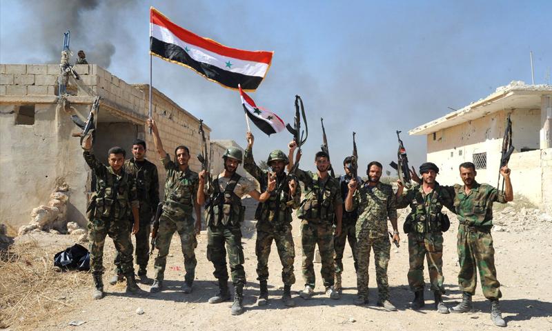 مقاتلون من قوات الأسد في قرية عطشان بريف حماة - 11 تشرين الأول 2015 (سانا)