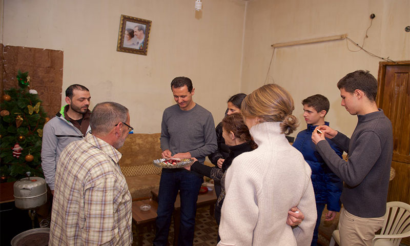 الأسد وعائلته يزورون ومنزل أحد جرحى قوات الأسد في حمص المصدر (صفحة رئاسة الجمهورية في فيس بوك)