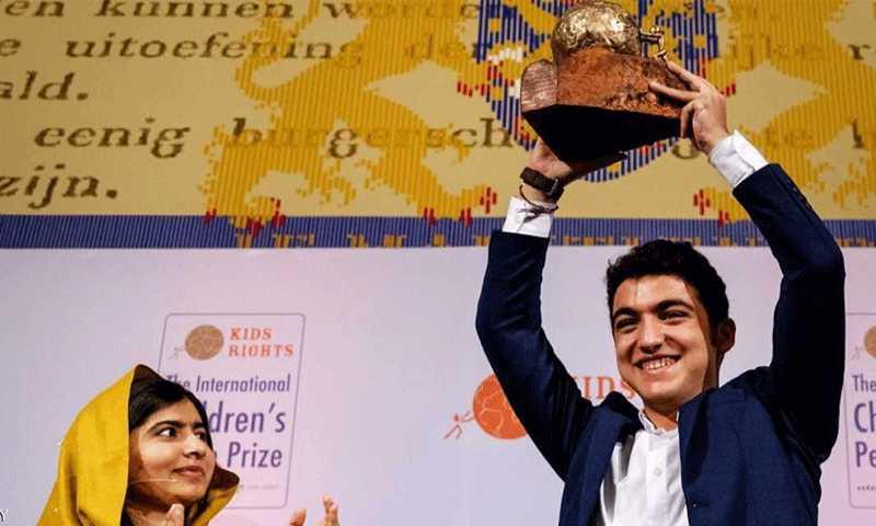 محمد الجندي يتسلم الجائزة من ملالا يوسفزاي