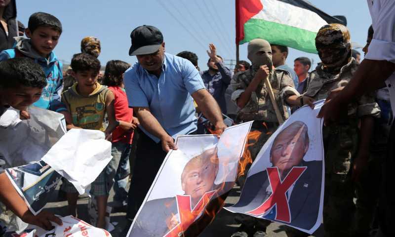 إحراق صور الرئيس الأمريكي، دونالد ترامب، في غزة (صحيفة الوطن الفلسطينية)