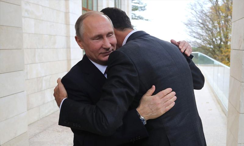 بوتين يحضن الأسد خلال زيارته إلى موسكو- 21 تشرين الثاني 2017 (وكالات روسية)