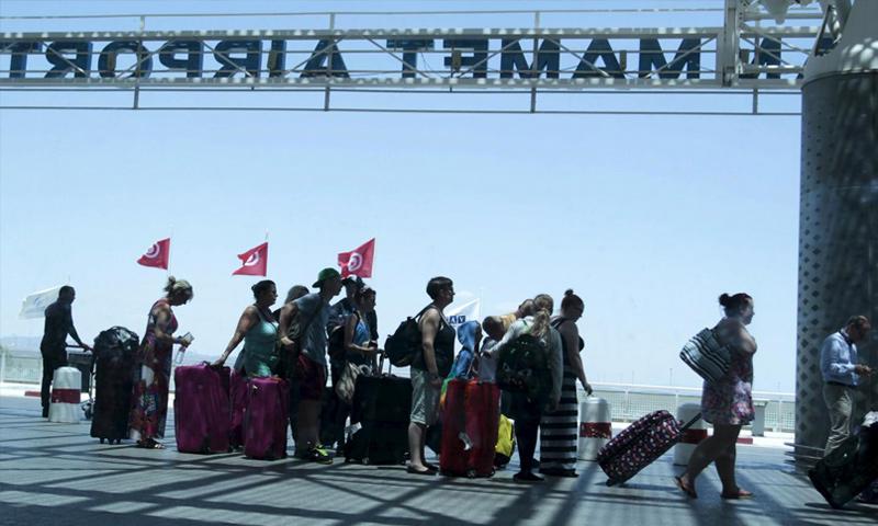"""سياح يغادرون تونس بعد عملية لتنظيم """"الدولة"""" على سواحلها - 27 حزيران 2015 (رويترز)"""