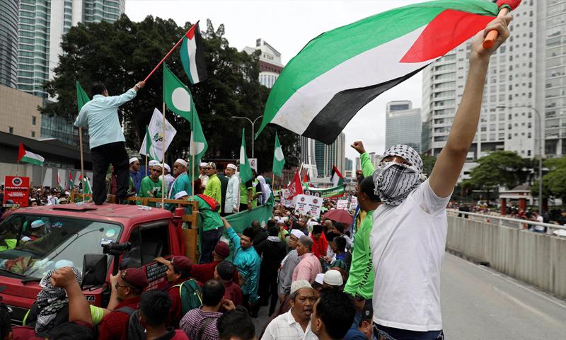 متظاهرون فلسطينيون يسيرون إلى السفارة الأمريكية في كوالالمبور في ماليزيا - 8 كانون الأول 2017 (رويترز)