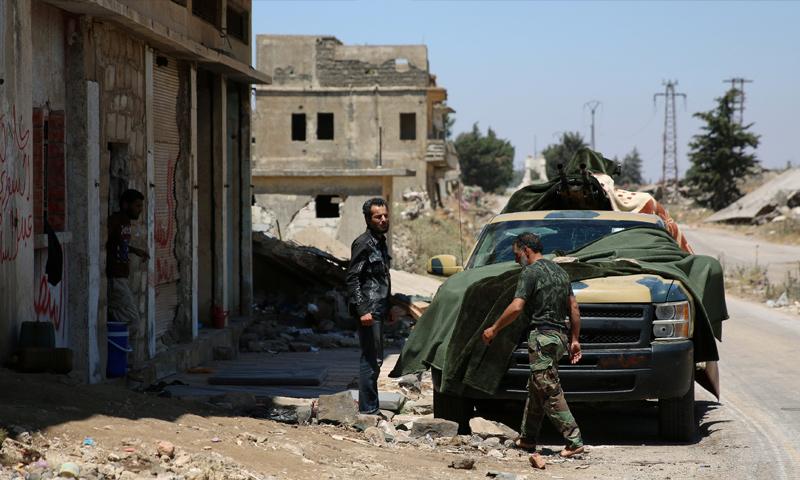 عناصر من الجيش الحر في مدينة القنيطرة جنوب سوريا - 8 تموز 2017 (رويترز)