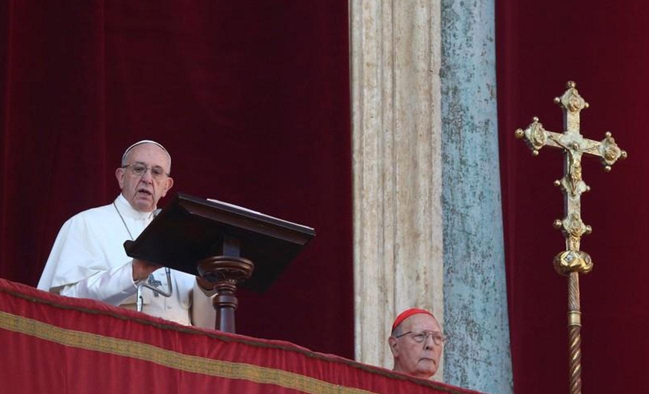 البابا فرنسيس خلال إلقاء كلمته في كنيسة القديس بطرس - 25 كانون الأول 2017 (رويترز)