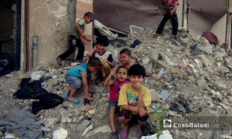أطفال على ركام حي الحميدية في دير الزور - 2013 (أرشيف عنب بلدي)