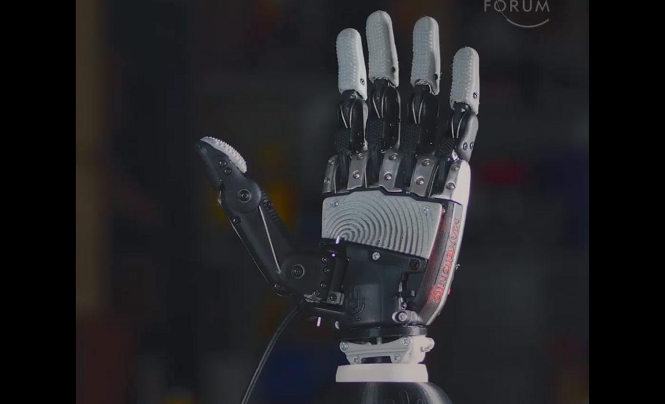 يد اصطناعية جديدة قادرة على تحريك الأصابع لأول مرة (weforum)