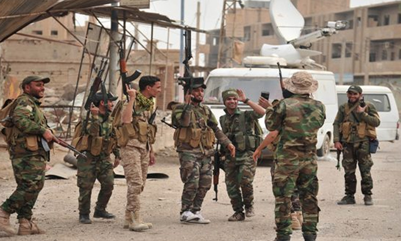 عناصر من قوات الأسد خلال المعارك الدائرة ضد تنظيم الدولة في محيط مدينة دير الزور - 3 كانون الأول 2017 (سانا)