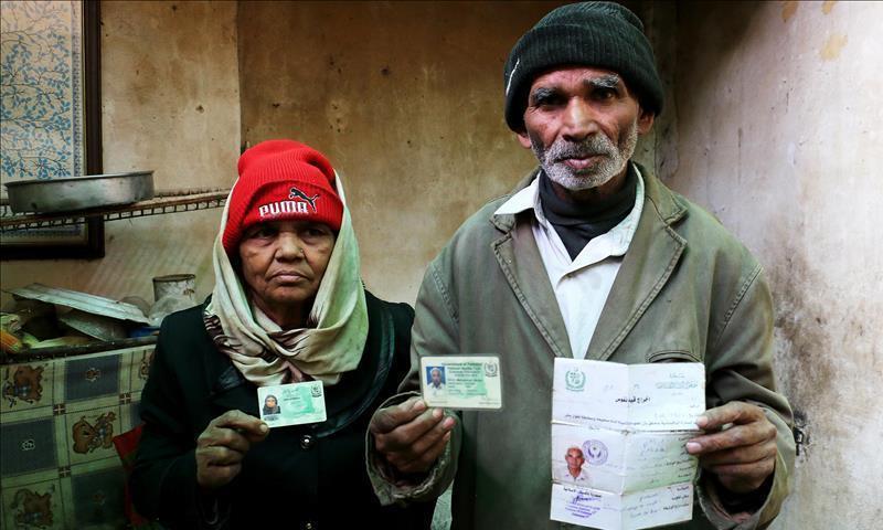 الباكستاني محمود فاضل أكرم، وزوجته صغرآل بي بي في الغوطة الشرقية - كانون الأول 2017 (الأناضول)