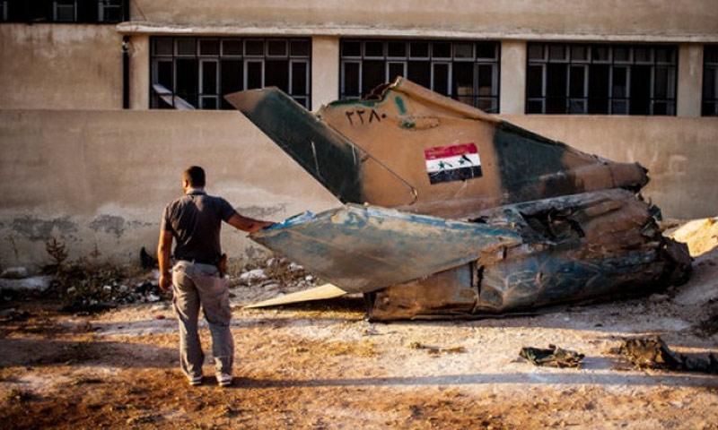 طائرة للنظام السوري مدمرة داخل مطار أبو الظهور العسكري في إدلب - 2015 (فيس بوك)
