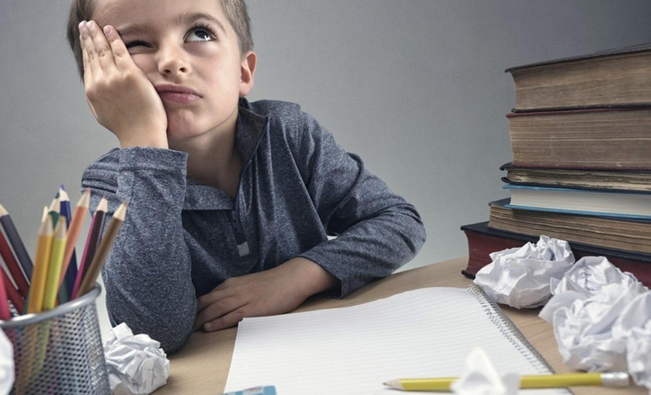 الإمساك بالقلم بحاجة لتقوية عضلات الأصابع وتطوير مهارات خاصة بالكتابة (انترنت)
