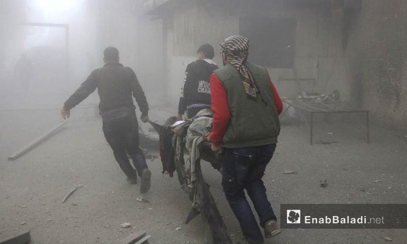 أهالي الغوطة الشرقية يساعدون في نقل جرحى القصف على حمورية - 3 كانون الأول 2017 (عنب بلدي)